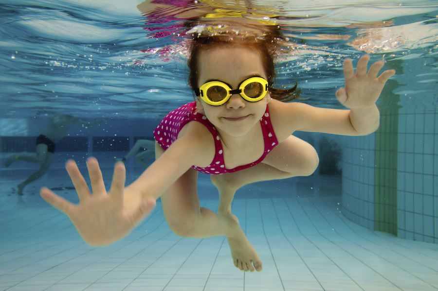 niños y piscina. Como conseguir un baño seguro