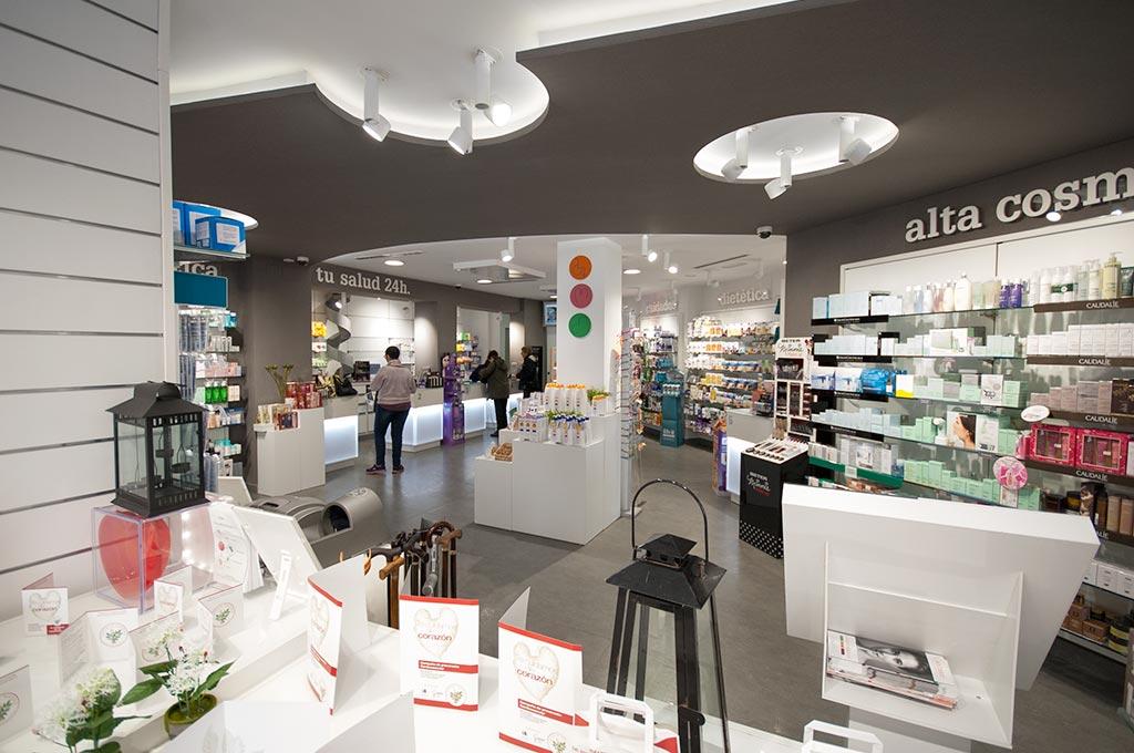 Aspecto del interior de la farmacia 24h Benimaclet