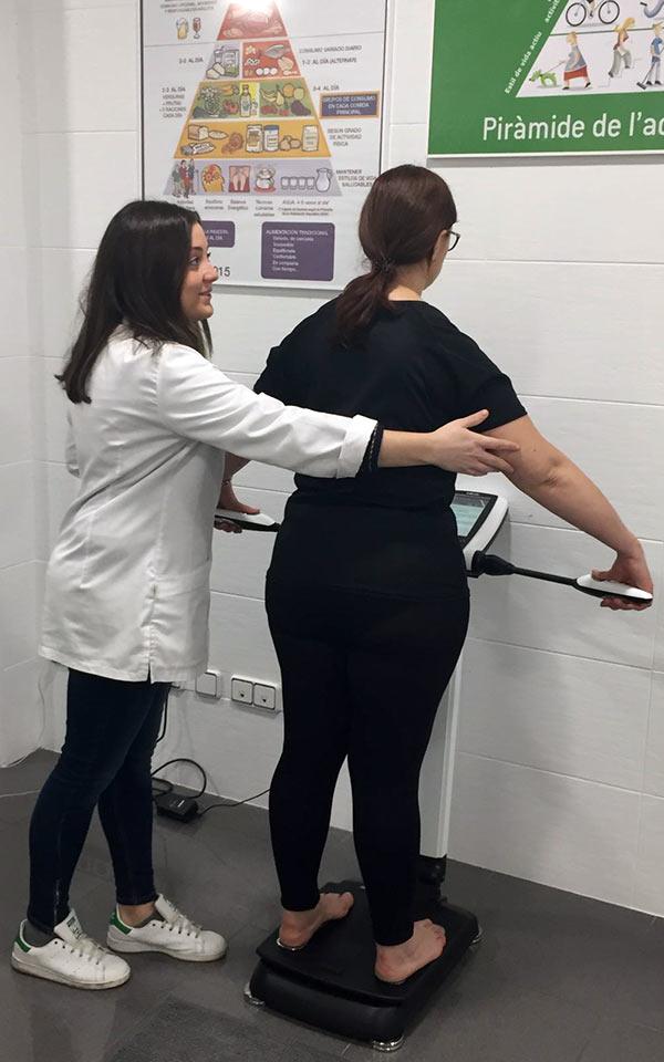 Nutricionista mide a un paciente en Inbody 270
