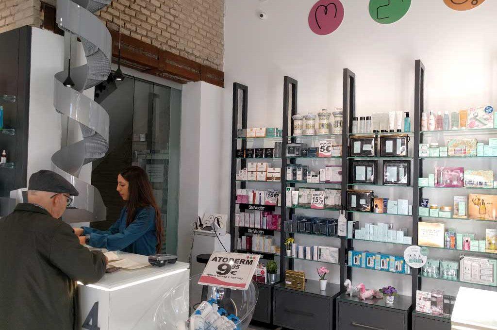 Atención al cliente en farmacia Avda. Puerto 33, Valencia